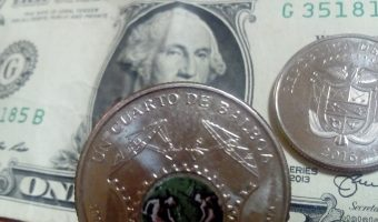 moneda y billete de Panamá